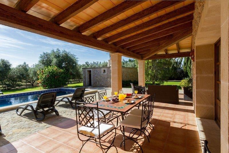 Villa Son March - eettafel buiten