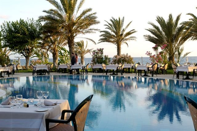 Hotel Athena Beach - Dineren bij het zwembad