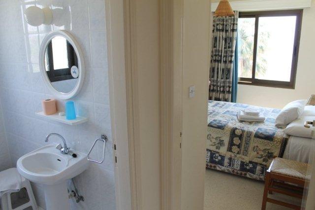 Appartementen Rododafni - slaapkamer en badkamer